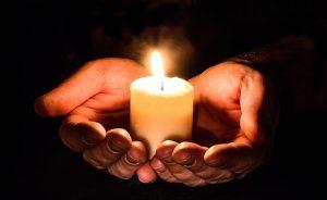 Kerze in der Hand